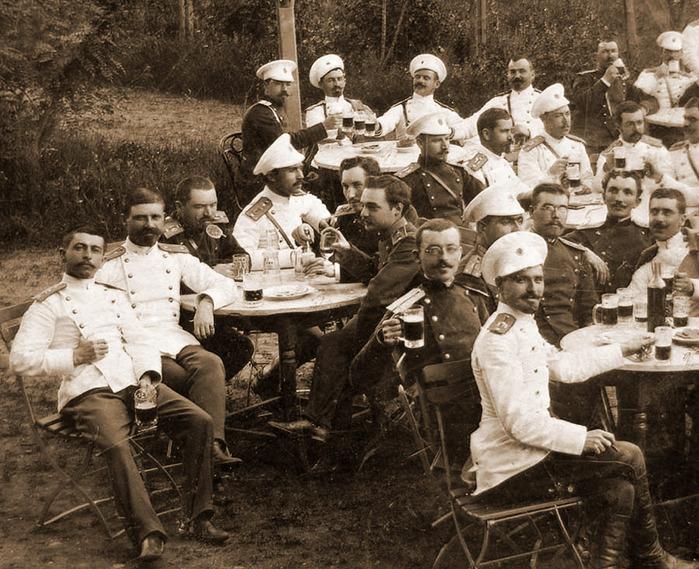 болграские офицеры пьют пиво 1890 год