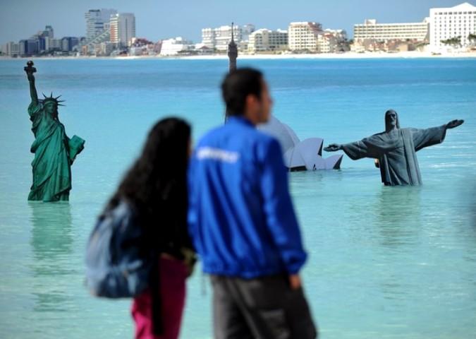 Гринпис погрузил известные достопримечательности в океан, Канкун, Мексика, 8 декабря 2010 года.