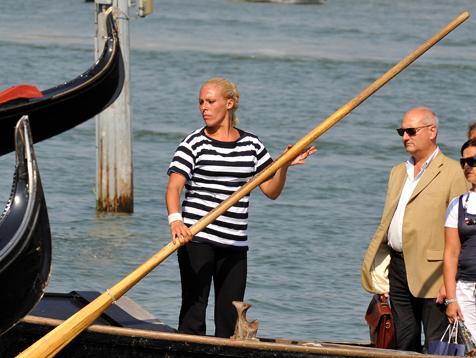 В Венеции появилась первая женщина-гондольер 84109