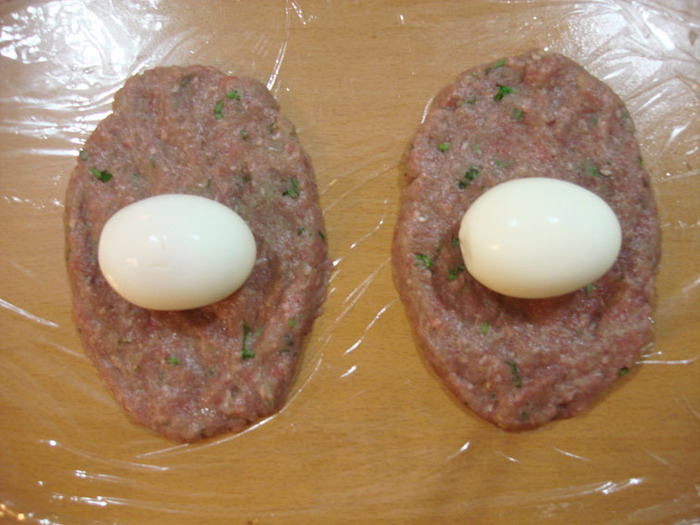 Разместите каждое яйцо на лепешках из фарша (Фото: Наталия Миллс, личный архив)