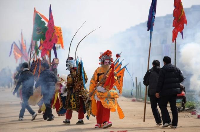 Танец лошади ('gallopping horse' dance) в честь лунного Нового года в городе Уху, в восточной провинции Аньхой.