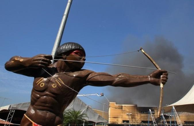 Соревнования стрельбы из лука племя Сомба в Африке