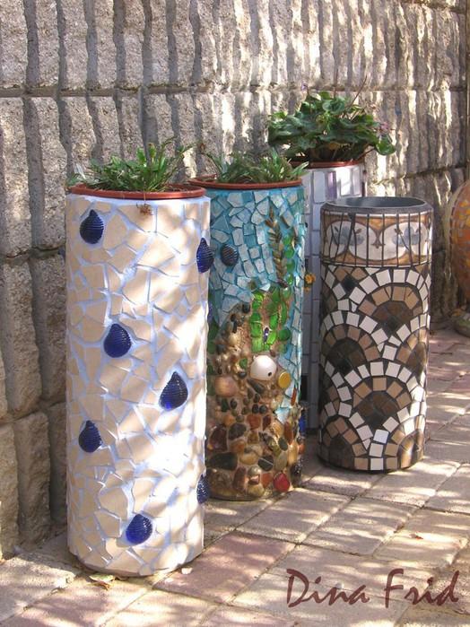мозаичные кашпо разного стиля из обрезков пластиковых труб