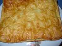 Слоеный пирог с мясным фаршем, корейской морковью и яйцом
