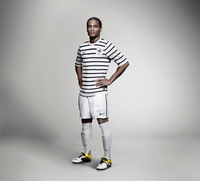 Nike презентовал новую выездную форму сборной Франции по футболу от Карла Лагерфельда