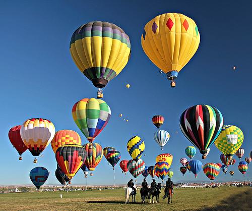 Китайский акробат прошел по канату, натянутому между двух воздушных шаров