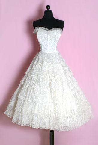 На фото: свадебное платье в стиле винтаж.  Винтаж переводится как вино...