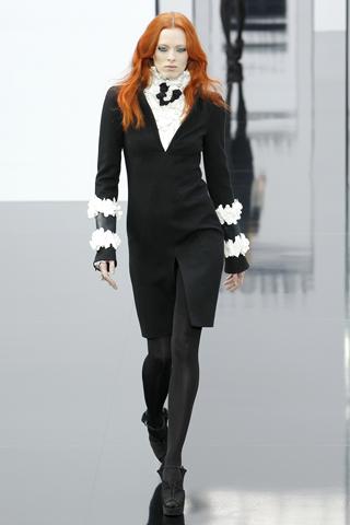 Chanel вновь обращается к классическому костюму, приталенному пальто и...