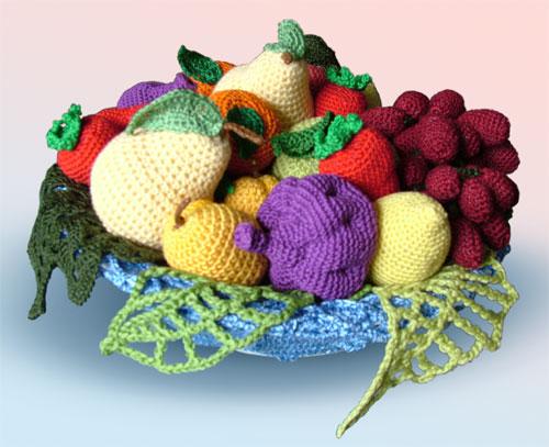 Эксперимент по вязанию фруктов крючком начался с грозди винограда.  Здесь - целая корзина с фруктами и описание...