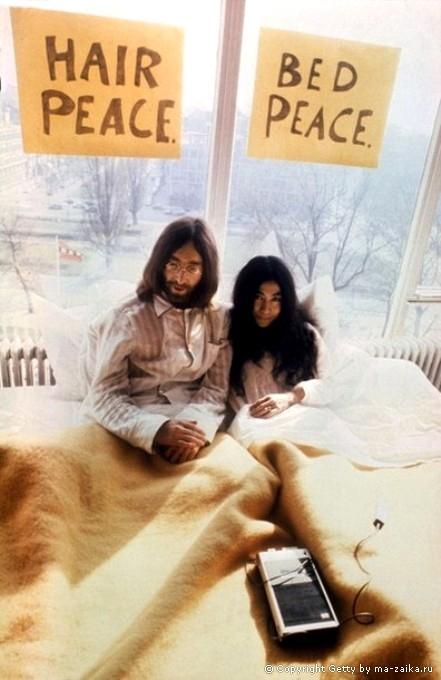 ...и его жена Йоко Оно (справа) позируют для фотографов в Амстердаме, 27...