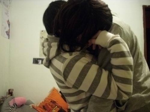 Фото парень обнимает девушку с короткой стрижкой