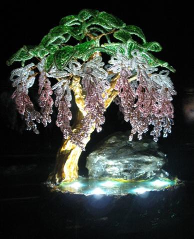 Нашла в интернете такую прелестную штуку,ночник-глициния сделано из бисера!!!Думаю такой ночник может украсить любой...