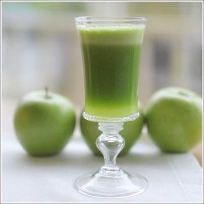 Коктейли.  Яблочно-овощной фреш.  3 стебля сельдерея.
