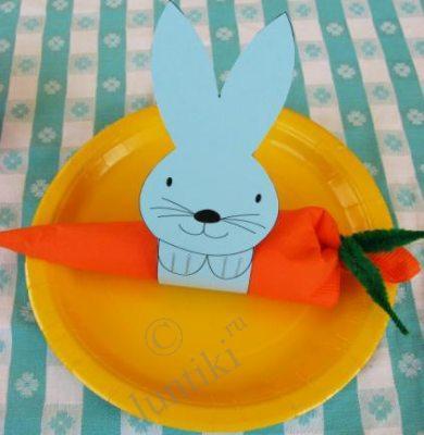 """Столовое серебро заворачивается в оранжевую салфетку с зелеными завязочками.  И эта  """"морковь """" просовывается в кольцо."""