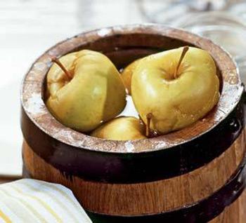 Заготавливают здоровые, крепкие яблоки осенне-зимних или зимних...