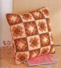 Модель вязаной крючком наволочки на подушку из разноцветных квадратных мотивов. вязаная подушка 0026 - схема и...