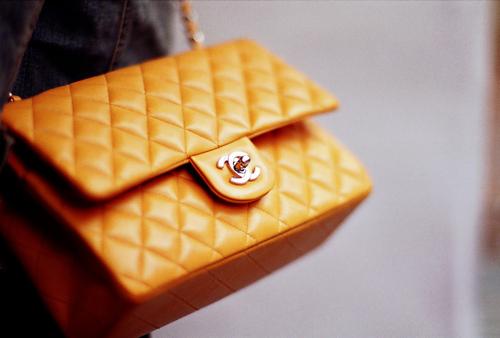 Карл Лагерфельд продолжил дело и возвел сумочку Chanel2.55 в культ.