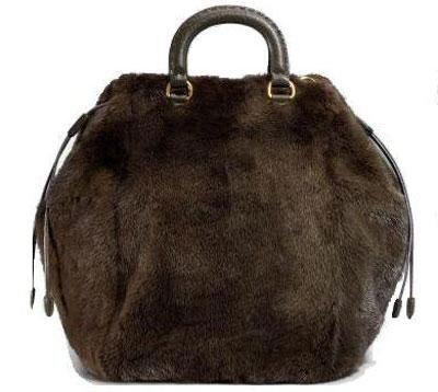 ...чем взять с собой на прогулку сумочку, сшитую из натурального меха.