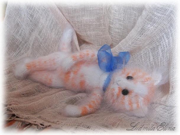 Для тех , кто умеет вязать на спицах или крючком , простая выкройка жилетика для кошки.