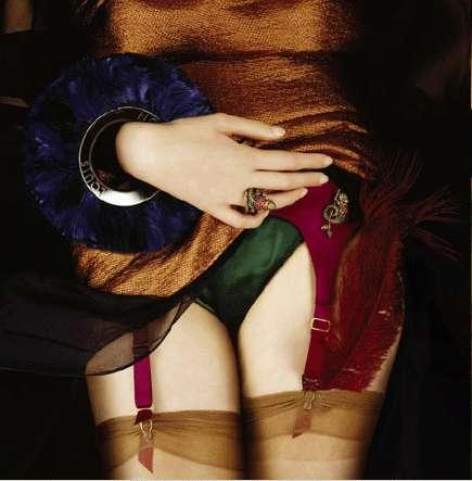 Девушка одевает чулки фото
