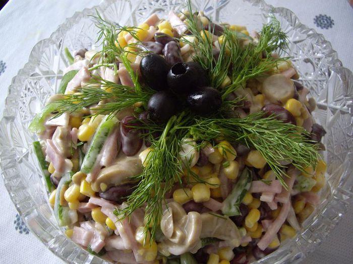 Салат с кукурузой фасолью и шпротами