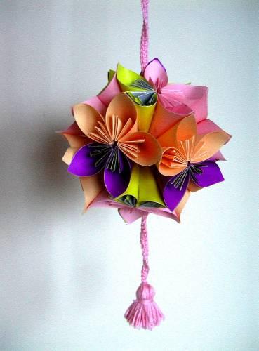 """И нашла  """"Шар из цветов из цветной бумаги """".  Сделала несколько штук, поразвешивала на."""