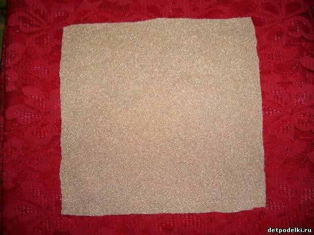 Из квадратного кусочка ткани можно сделать очень быстро смешного котёнка.