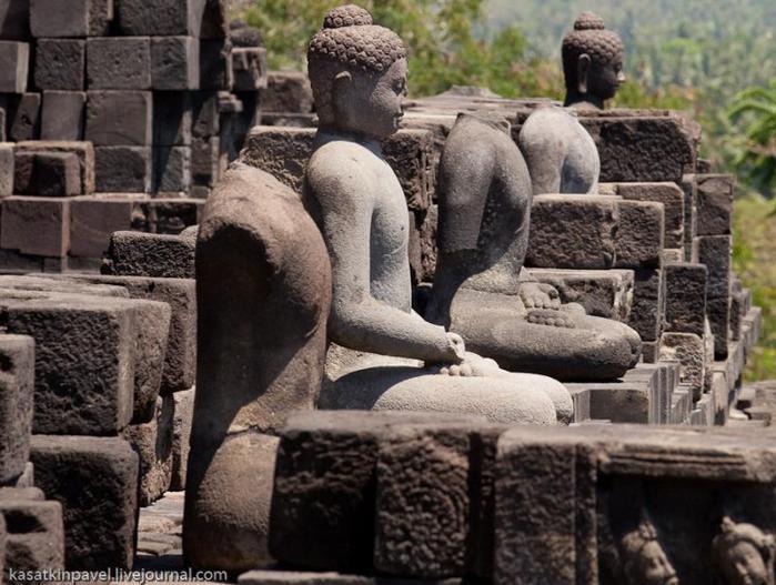 Спустя 200 лет комплекс был заброшен.  В то время...  БОРОБУДУР (8–9 вв.) - самый большой в мире буддийский храм.