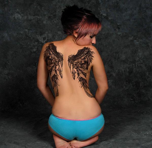 С татуировкой кота на спине трахают девушку 1 фотография