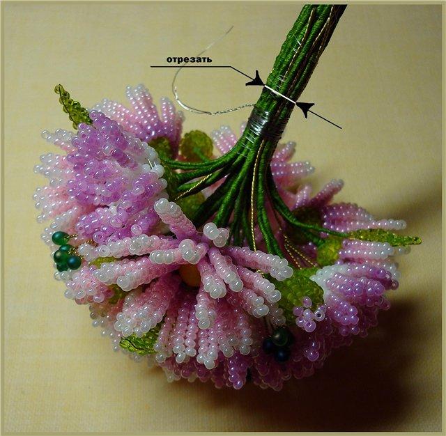 Примерить букет к горловине вазы и сделать отметку на нужной высоте.