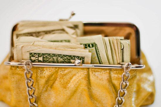 Это кошелек.  Кошельки бывают разные по форме, размерам, изготовлены из...