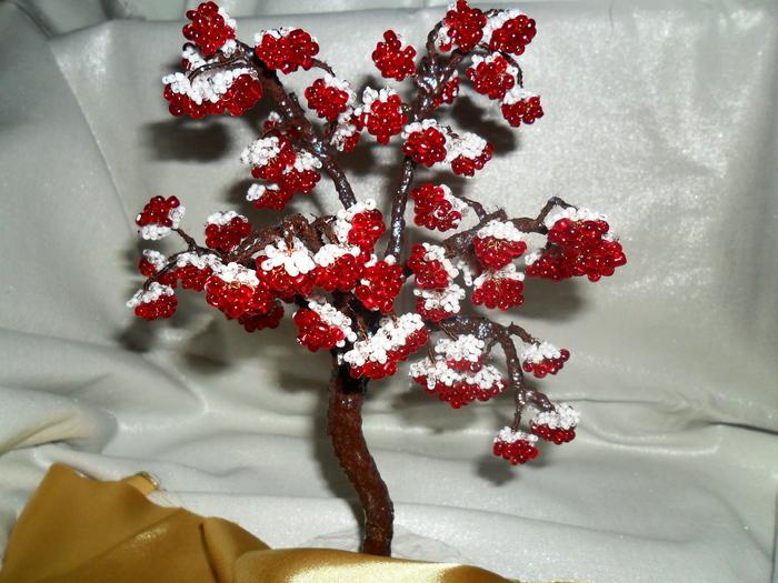 Рябина очень грациозное и шикарное дерево,особенно под снегом.Я попыталась это передать.