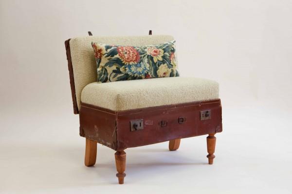 """Порадуйте своих любимцев новой  """"кроваткой """", сделанной из старого чемодана.  Его можно поставить на ножки..."""