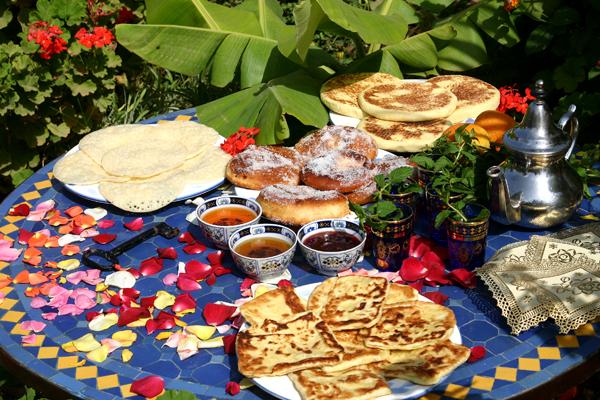 Традиционный марокканский напиток - чай с мятой и кофе, как правило...