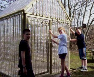 Как сделать забор из баклажек