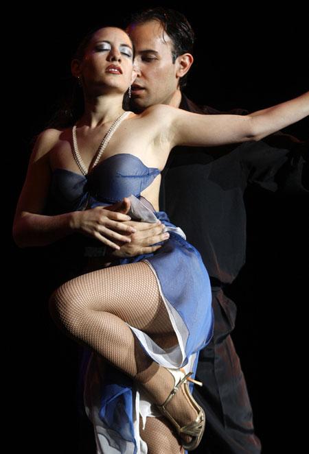 Буэнос-Айрес именуют столицей танго - именно здесь появился на свет этот волнующий и зажигательный танец, а милонги...