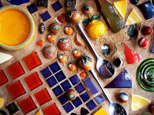 Мозаика из битой посуды. Идеи для украшения из осколков посуды.