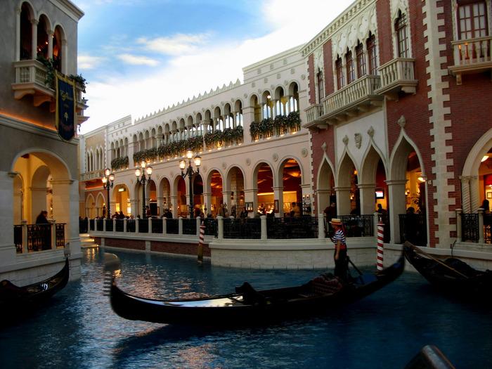 Лас-Вегас является одним из крупнейших мировых центров туризма и развлечения.  Город расположен в пустыне вдали от...