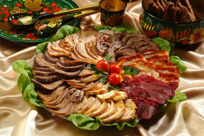 Холодные закуски из мяса и птицы.  Ветчинные рулетики с хреном.