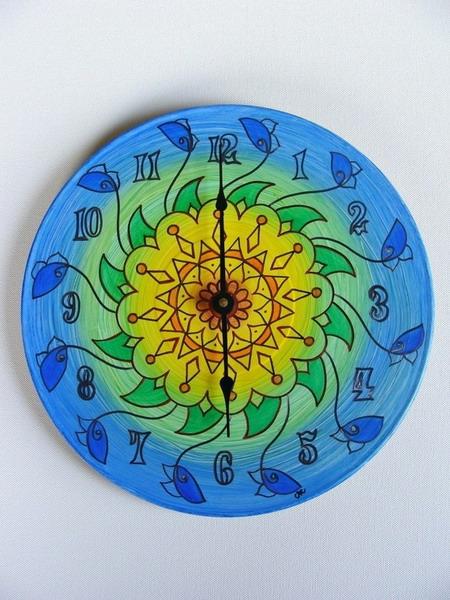 Часы из виниловых пластинок можно делать различными способами.  Одиним из таких...  Ещё одна идея изготовления часов...