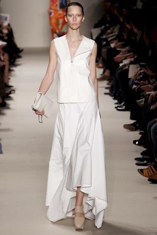 Главный в этом сезоне.Белые и платья и костюмы, и шорты, майки.