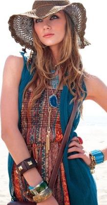 Ансамбли бохо-шик могут состоять из блуз и юбок, платьев и шляп, рубашек...