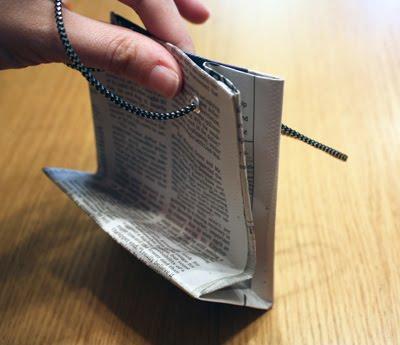 Как сделать сумку для подарков из газеты.  Поделки.
