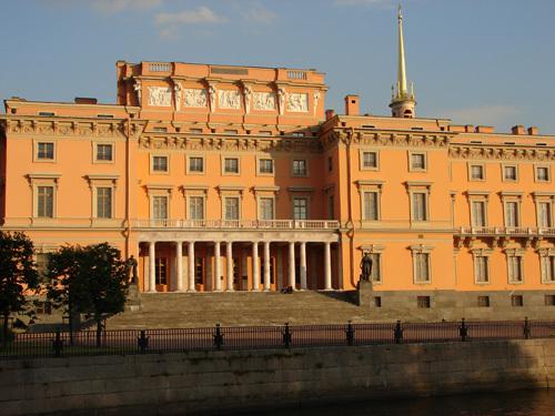 Когда Русский музей занялся реставрацией дворца, стены замка были кирпично-красного цвета, к которому давно...