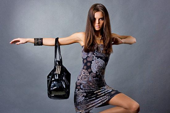 Цвет сумки, ее содержимое, а также то, как женщина держит сумку - все...