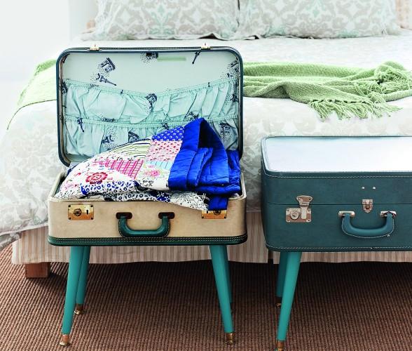 Желательно внутрь каждого чемодана сделать деревянную панель, которая удержит ваши полки.