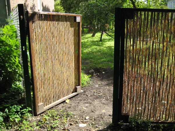 Забор из плетня своими руками