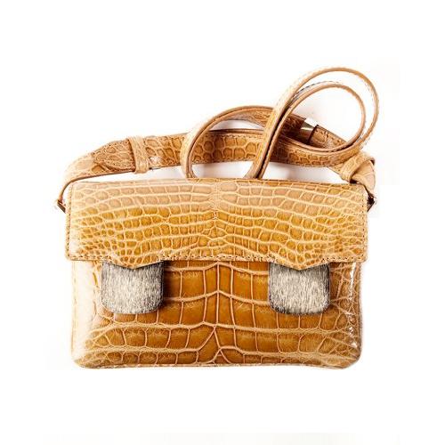 Желающие найдут в коллекции и пару сумок традиционных оттенков...