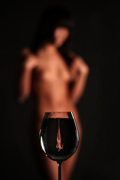 Картинки голая девушка с вином