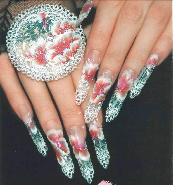 Создать эффект кружева на ногтях можно, нарисовав его красками, запечатав внутрь дизайна тонкую ткань или выполнив